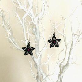 Boucles d'oreilles petite fleur noire