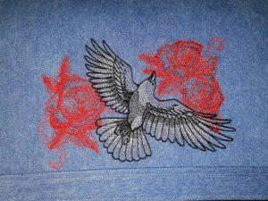 Oiseau et rose brodés
