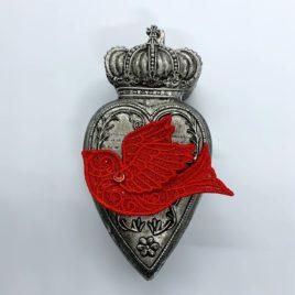Broche hirondelle rouge